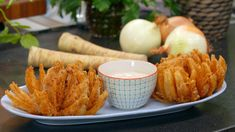 Server til forret. Blooming Onion, Vegetable Recipes, Tapas, Food To Make, Carrots, Side Dishes, Recipies, Steak, Food And Drink