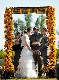 It is your special day and the place you stand to exchange vows should be perfect, there are many possibilities when it comes to choosing your ceremony décor, outdoor weddings give you enough space and time to keep an eye on small details.
