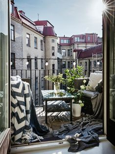 25 Chic Way To Decorate A Small Balcony Raumkunst Small Balcony Design, Small Balcony Decor, Balcony Ideas, Small Balcony Furniture, Wicker Furniture, Apartment Balconies, Balcony Garden, Porches, Exterior Design