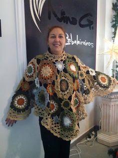 .: Poncho  Capa em crochet rosetas