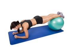 En gainage ventral, hissez-vous sur les bras puis redescendez. Effet garanti ! Le gainage sur un ballon de fitness est encore plus efficace. Suivez nos autres exercices swiss ball.