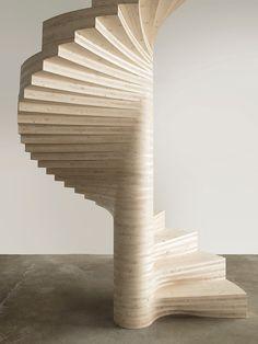 escada em espiral de madeira clara