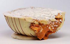 Ovo bem-casado, com chocolate branco recheado com pão-de-ló e doce de leite e coberto com açúcar de confeiteiro.