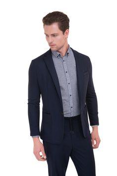 0367ab977 Volnočasový oblek v aktuálním střihu se zkrácenou délkou je vyrobený z  tmavě modrého jerseye. Obleky