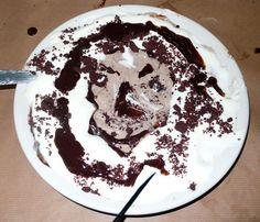 Disegno di cioccolato su piatto con pennello e cucchiaio