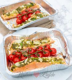 Zalm van de barbecue met pesto en tomaatjes Hot Dog Buns, Hot Dogs, Summer Bbq, Bruschetta, Favorite Recipes, Cooking, Ethnic Recipes, Bbq Food, Fondue