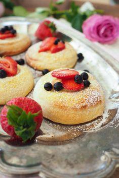 Minibriochit vaniljakreemillä ja tuoreilla marjoilla - Sweet Food O´Mine Sweet Recipes, Cheesecake, Food And Drink, Sugar, Desserts, Kitchens, Mini, Tailgate Desserts, Deserts