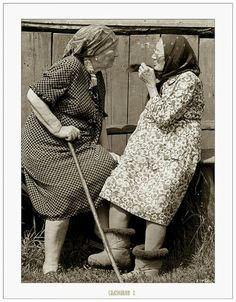 two old friends.or are they two old sisters! Vintage Photography, White Photography, Old Lady Humor, Old Folks, The Golden Years, People Of The World, Friends Forever, Belle Photo, Old Women