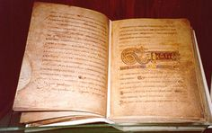 El Libro de Kells, uno de los grandes tesoros culturales de Irlanda, está redactado en mayúscula con tinta negra, roja, amarilla o malva y consta de 340 páginas de pergamino. Se piensa que a lo largo de los siglos se han perdido unas 30 páginas, y hoy las hojas restantes están agrupadas en 38 cuadernos cada uno de los cuales posee de cuatro a 12 hojas.