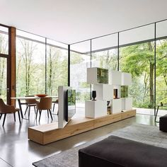 Diese moderne Wohnwand von Livitalia aus ist ein optimaler Raumteiler. Durch das drehbare TV Paneel kann der Fernseher vom Wohnbereich zum Essbereich gedreht werden. #Wohnwand #Raumteiler #wallunit #wallsystem #roomdivider #foldingscreen #Wohnzimmer #liv