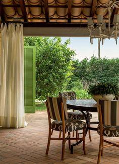Depois de reformado, o jardim da casa de campo, localizada no interior paulista, ganhou recantos de descanso e um mix bem dosado de espécies europeias e vegetação tropical