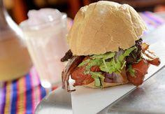 Lomito do La Sangucheria: feito com tiras de carne salteadas com cebola roxa, tomate e molho, servido no pão e acompanhado por batatas fritas (Foto: Tadeu Brunelli / Divulgação)
