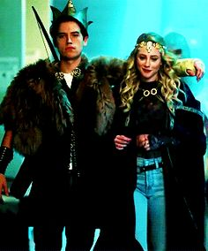 let's pretend this is bughead not falice ok lmao Bughead Riverdale, Riverdale Funny, Riverdale Memes, Alice Cooper Riverdale, Riverdale Fashion, Betty Cooper, Movies And Series, Tv Series, Lili Reinhart And Cole Sprouse