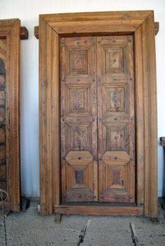 Portón de madera, procede de un antiguo palacio.