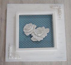 Quadro em MDF pintado com tinta PVA. Fundo em tecido 100% algodão com apliques em flor de resina. peça envernizada.
