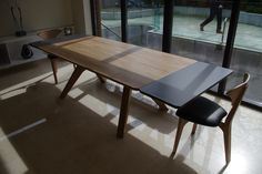 Client in Ireland - Veizla table, with extension leaves, 2 Graphium chairs and a Veizla bench, leather upholstery.