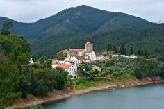 Dornes  En la ruta de los Templarios se extiende esta aldea sobre una pequeña península que forma el río Zêzere. De preciosos paisajes naturales, también mantiene restos de las luchas medievales, como la torre templaria pentagonal y la iglesia de Nuestra Señora de Pranto.