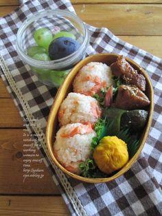 Salmon Flake Rice Ball Bento シャケむすび弁当 シャケむすび 照り焼きチキン 茄子とピーマンの揚げ出し カボチャ茶巾 梅甘酢みょうが ぶどう&ぷるーん