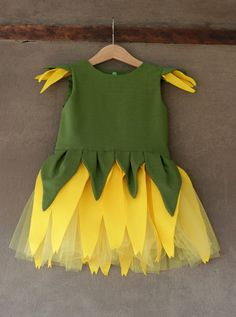 Blumenelfenkleid aus grünem Baumwollstoff mit angesetzten Blättchen, einem Rö… Flower elf dress in green cotton fabric with attached leaves, a skirt of yellow felt petals and light yellow tulle. On the shoulders of the sleeveless top sprout also … Kids Dress Up, Dresses Kids Girl, Fancy Dress, The Dress, Costume Carnaval, Flower Costume, Baby Girl Dress Patterns, Techniques Couture, Tutu Costumes