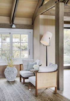 Gorgeous beach house in Massachusetts with barn-like details A stunning summer beach house was designed for a family of five to enjoy spending their summers, located in Menemsha Beach, Massachusetts. Modern Farmhouse Interiors, Farmhouse Design, Bungalow, Beach Interior Design, Italian Farmhouse, Industrial Farmhouse, Hill Interiors, Interiors Online, Mediterranean Homes