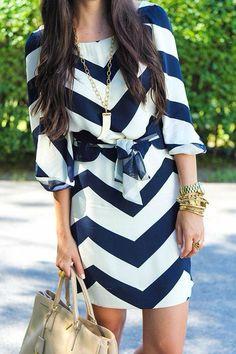 In fashion. Vestido, rayas; blanco, marino.