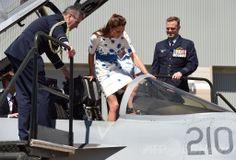 アンバーリー豪空軍基地(RAAF Base Amberley)で、スーパーホーネット戦闘機(Super Hornet)のコックピットに乗り込む英国のキャサリン妃(Catherine, Duchess of Cambridge、2014年4月19日撮影)。(c)AFP/William WEST ▼20Apr2014AFP ウィリアム英王子夫妻が豪空軍基地訪問、戦闘機に乗り込む http://www.afpbb.com/articles/-/3013065