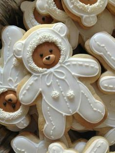 [CasaGiardino] ♛ No recipe attached to this image but i bet these would make lovely gingerbread bear cookies. Teddy Bear Cookies, Baby Cookies, Baby Shower Cookies, Iced Cookies, Cute Cookies, Royal Icing Cookies, Cookies Et Biscuits, Cupcake Cookies, Sugar Cookies