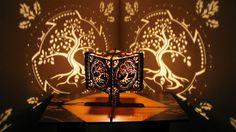 Alle volte una lampada, da sola, può creare un'atmosfera così suggestiva da farci entrare in uno stato mentale positivo. È ciò che accade con queste lampad