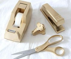 If you've never considered giving your trusty office supplies a glam makeover, we bet you will now! Summer of Simple Stylings gave new life to her desk accessories with a quick spray of gold paint. Get all the details at Simple Stylings. Diy Spray Paint, Metallic Spray Paint, Gold Paint, Rustoleum Metallic, Spray Painting, Metallic Gold, Gold Desk Accessories, Diy Home Accessories, Desk Accesories