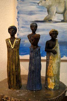 trois-persos.jpg - Sculpture,  40 cm ©2013 par Emilie Lacroix-Mathieu -            personnages ethniques terre cuite