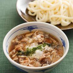 うどんはかけうどんやぶっかけなどが定番ですが、たまにはいつもと違う食べ方に挑戦してみませんか? 今回はつけ麺ならぬ、つけうどんのレシピをご紹介します。それぞれの... Rice Bread, College Meals, Diy Food, Pasta Noodles, Love Food, Indian Food Recipes, Asian Recipes, Healthy Recipes, Japanese Noodles