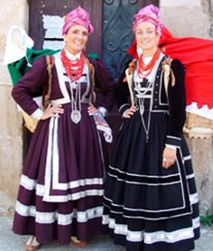 TRAJE REGIONAL TRADICIONAL DE CANTABRIA. pasiegas Spanish Costume, Cross Country Running Shoes, Regional, Ibiza, Costumes Around The World, Folk Clothing, Tribal Dress, Folk Costume, Traditional Dresses