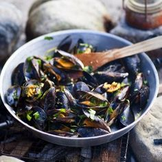 Barbecue mussels with wheat beer, garlic and fresh herbs - Libelle Lekker Green Egg Bbq, Cobb Bbq, Gas Bbq, Lemon Kitchen, Summer Barbecue, Mussels, Outdoor Cooking, Pasta, Seafood Recipes