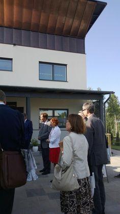 Ministeri Pia Viitanen tutustuu messukoteihin @Asuntomessut #hyvinkää pic.twitter.com/P6CDupuWYt