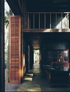 Tara House,被群山,森林和阿拉伯海的海水所环绕,木质的结构隐约看到窗外的风景,阳光透过建筑营造出美妙的光影,给整个环境增添了意境。作者: Studio Mumbai