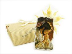 Bellissima bomboniera con la rappresentazione di Gesu Cristo, in marmoresina con applicazioni metallo argentato.. completa di una coccarda portaconfetti!!