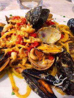 Gli Spaghetti alla carbonara di mare sono un tripudio di bontà. Procuratevi pesce freschissimo e otterrete un piatto da veri chef! Italian Dishes, Italian Recipes, Pasta Company, Pasta Dishes, Soul Food, Pasta Recipes, Vegetarian Recipes, Spaghetti, Food Porn