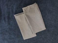 Love the houndstooth napkins and the navyblue linen cloth...