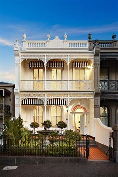 123 Gipps Street, an elegant William Pitt-designed Victorian Italianate terrace situated in patrician East Melbourne, is back on the market once again. Melbourne Architecture, Australian Architecture, Australian Homes, Residential Architecture, Terrace House Exterior, Victorian Terrace House, House Paint Exterior, Victorian Townhouse, Up House