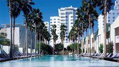 L'hôtel Delano à Miami Beach est l'un des plus beaux hôtels du monde. Situé à deux pas d'Ocean Drive, le Delano accueille les visiteurs dans un univers branché, art déco et design à la fois. Depuis toujours, le Delano est l'un des emblèmes de Miami Beach, aujourd'hui redécoré au goût du jour par le designer Philippe Starck qui emprunte les codes couleurs de la ville : le bleu de la mer et le blanc de la plage pour créer une atmosphère totalement suréelle entre année 1950 et 21ème Siècle.