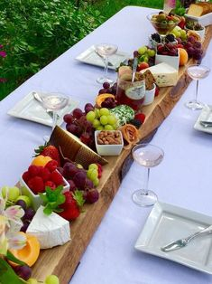 Plank it! French Cheeseboard Summer Party Menu Plank it! French Cheeseboard Summer Party Menu The post Plank it! French Cheeseboard Summer Party Menu appeared first on Fingerfood Rezepte. Party Food Platters, Cheese Platters, Cheese Table, Soft French Cheese, Tapas, Snacks Für Party, Party Drinks, Wine Parties, Wine Party Menu