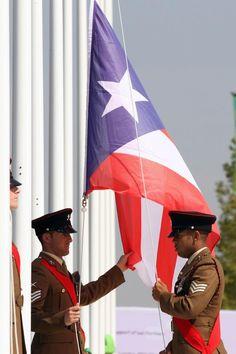 Izada al son de La Borinqueña la bandera puertorriqueña