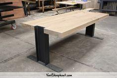 Stalen frame met een ipe profiel met een eiken tafelblad #staal #frame #tafelblad #eiken #Industrieel #industrieelwonen #inspiratie
