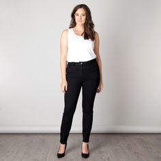 Deze broek met rechte lange pijp zit perfect dankzij de power stretch. De broek heeft voor- en achter zakken. Dit model sluit mooi aan op het lichaam ...