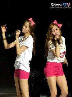 Lol , the way yoonsic sing along ..