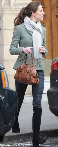 Kate MIddleton wearing skinny jeans, black suede boots, a scarf, the most beautiful Custom Estate blazer by Ralph Lauren and carrying her brown Prada bag, her hair up in a pony-tail. Looks Kate Middleton, Kate Middleton Outfits, Kate Middleton Jeans, Kate Middleton Fashion, Summer Boots Outfit, Winter Outfits, Summer Outfits, Dress Winter, Winter Coat