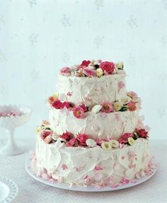Hochzeitstorte mit Erdbeer-Sahnefüllung   Living at Home ♥ Heavenly wedding cake with strawberry cream ♥