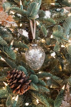 Beautiful Sparkly French Country Christmas tree - gorgeous decor with ombre ornaments, crackled mercury glass ornaments - lots of golds and silvers! French Christmas Tree, Christmas Tree Ideas 2018, Country Christmas Ornaments, Christmas Tree Bulbs, French Country Christmas, Unique Christmas Trees, Christmas Tree Design, All Things Christmas, Country French