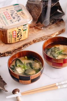 This Vegan Miso Soup with tofu and seaweed only takes less than 30 minutes to make from scratch! Perfect to go with your weeknight meal! Asian Recipes, Healthy Recipes, Ethnic Recipes, Healthy Foods, Free Recipes, Japanese Miso Soup, Japanese Food, Vegan, Recipes