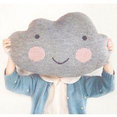 Superkær skypude fra Kokoko Kids, strikket i lysegrå farve med et herligt smil og lyserød kinder. KØB online - Gratis gaveindpakning.